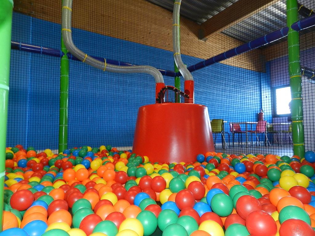 Piscine avec pluie de boules kidscity for Piscine de boule